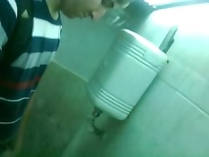Giant spear in spy urinal, 19yo guy/ Espia pija grande de jovencito en ba–У¬±o