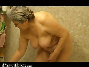 Granny masturbate herself with a toy in tub
