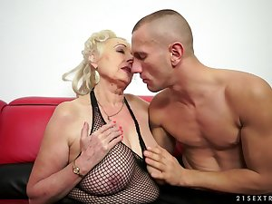 Older doll Sila is pleasuring her youthful and athletic fucker