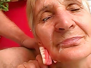 Older granny fuck in her bald puss