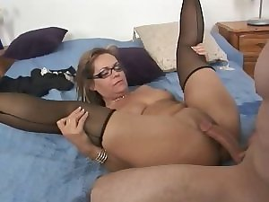 True Mum Nympho Kelly Leigh Repays the Plumber by Squirting
