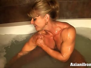 Hussy bodybuilder flexes and washes her savage muscles