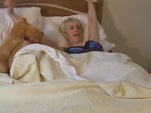 Raunchy English Mum Wakes Up And Toys Her Cum-hole !